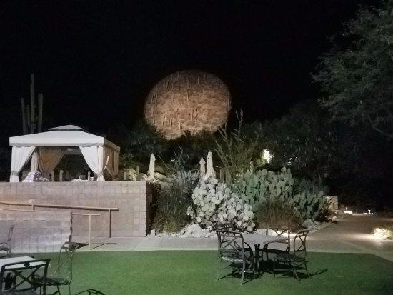 Loews Ventana Canyon Resort: Spot light on the hill!