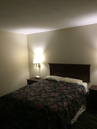 Montour Falls, Estado de Nueva York: TWO flat pillows. That is NOT a queen size bed. its a double.