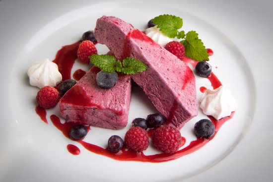 Ravintola Patapirtti: Patapirtin Mustikkajäädyke. A blueberry parfait by Patapirtti