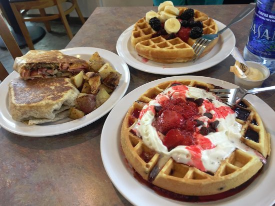 Charleston, Batı Virjinya: Awesome waffles and breakfast wraps