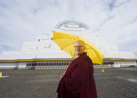 Bendigo, Austrália: Buddhist nun in front of The Great Stupa