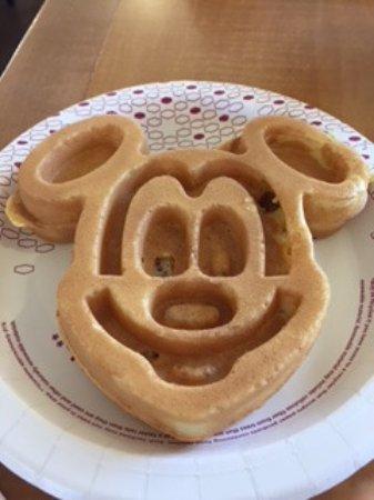 Hampton Inn Orlando/Lake Buena Vista: Mickey Mouse waffle for breakfast (they have 4 waffle irons!)