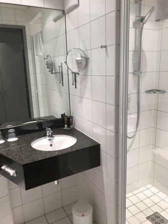 Novotel München Messe: Bad mit Dusche
