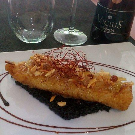 Cerdanyola del Valles, Spanien: Bacalao con cebolla caramelizada y arroz negro.
