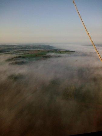 La Chartre-sur-le-Loir, França: magique au dessus de la brume