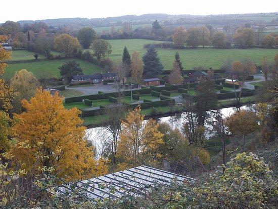 Fresnay-Sur-Sarthe, Γαλλία: Vue d'ensemble du camping (promenade sur le chemin des vignes)