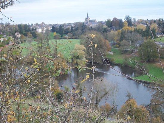 Fresnay-Sur-Sarthe, Γαλλία: Vue sur le village de Fresnay sur Sarthe