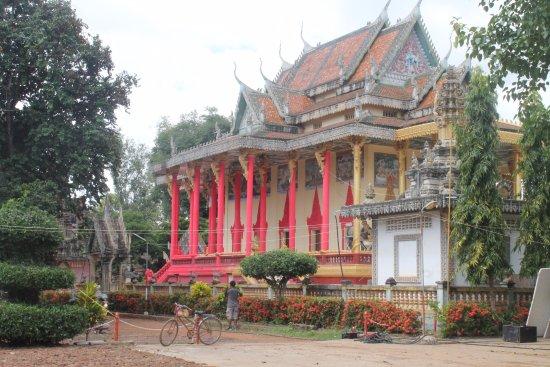 Battambang, Cambodia: il nuovo tempio coloratissimo