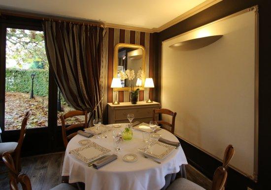 Neuille-le-Lierre, France : salle de restaurant
