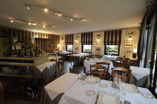 Neuille-le-Lierre, France : sale de restaurant