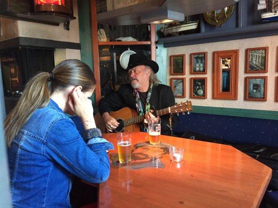 Sor-Trondelag, Norway: Terje Tysland og Therese Ulvan øver på pubben før konsert i Kvitbrygga