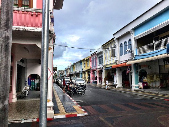 Sino Inn Phuket: Old town has great new small restaurants, a must try. Sino Inn was close to the freeway. You can