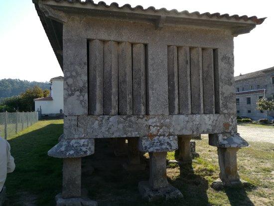 Monasterio de San Juan: Uno de los mayores hórreos de Galicia.
