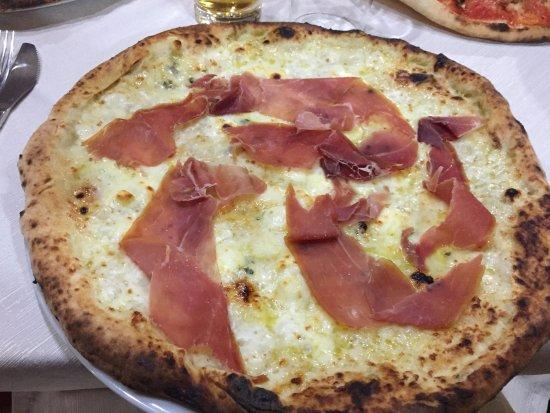 Viggiano, Italy: quattro formaggi e crudo 2