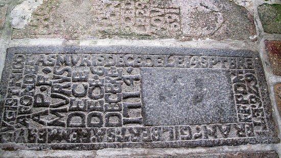 Saint-Quentin-sur-le-Homme, France: gamle gravsten foran hoveddøren