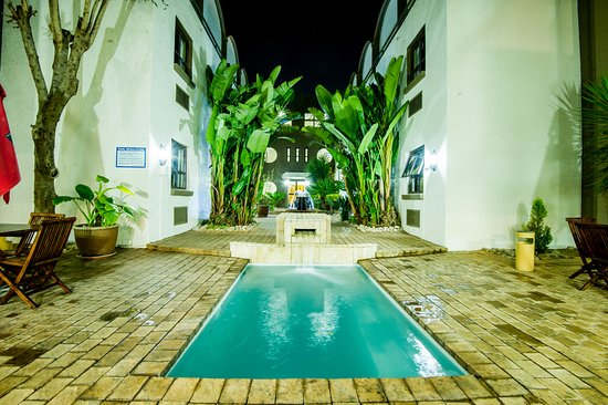 Sierra on Main : Pool area at night