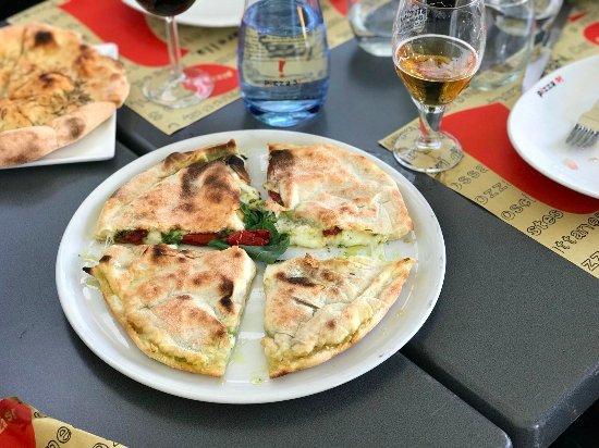 Pizza Ripiena Picture Of Pizza Si Terrassa Tripadvisor