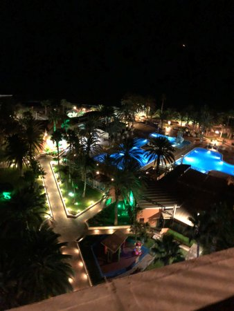 Family Life Orquidea: View over pool area at night