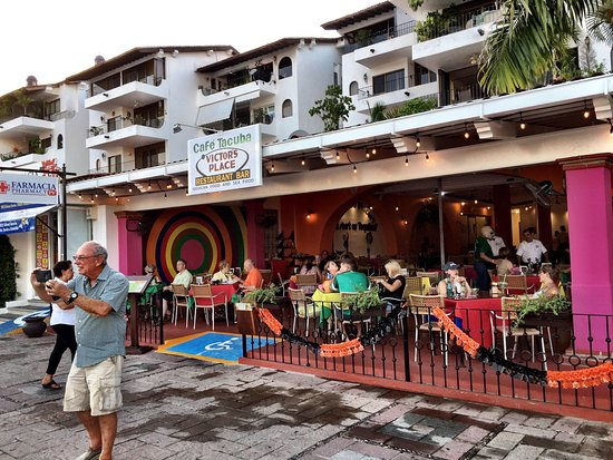 Victor's Place Cafe Tacuba: The new location, bright and colorful!