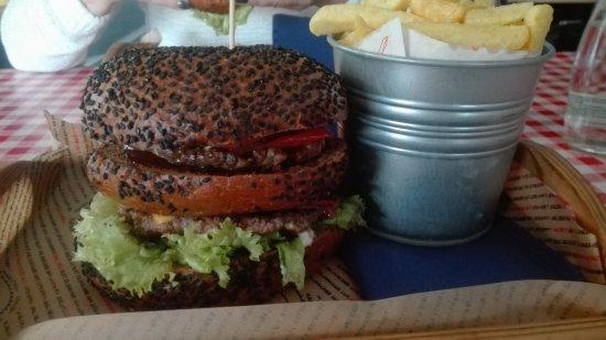 Konin, Polen: Burger z ciemna bułką...paluszki lizac