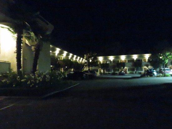 Best Western Plus Black Oak : Entrance Driveway 1