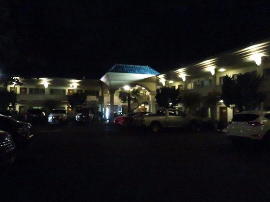Best Western Plus Black Oak : Entrance Driveway 2