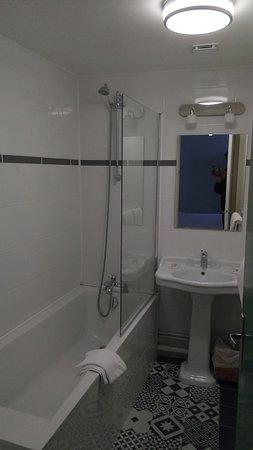 Badkamer - kamer nr 21 - Picture of Saint Maurice Hotel, Lille ...