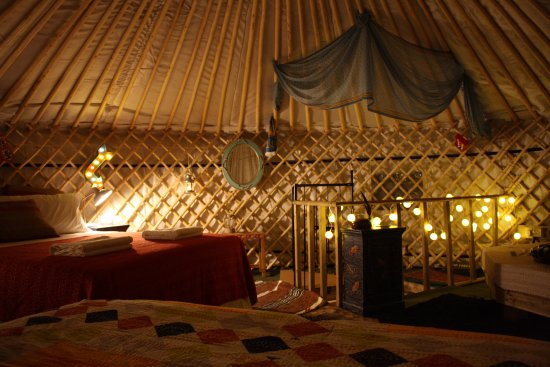 Abergele, UK: This is the warm and cosy 6 Meter wide Yurt. Hapus Yurt