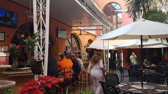 Barrachina Restaurant: Trevlig innergård.