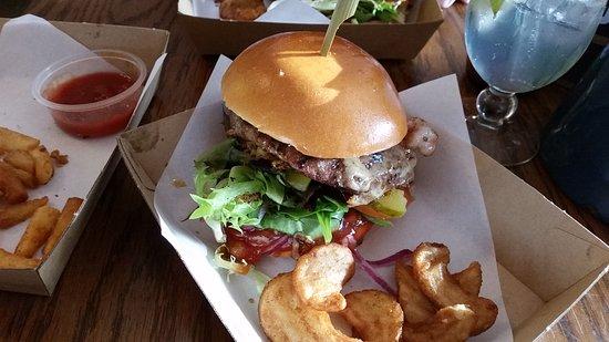 Glenelg, Australia: Very tasty juicy burger .