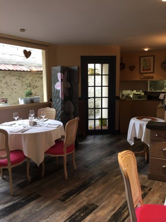 Gisors, France: Une partie de la salle de restaurant