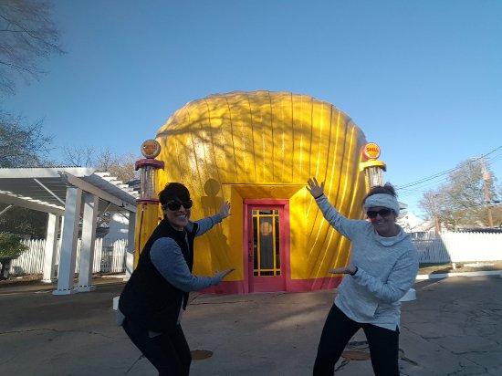 Shell-shaped Gas Station: 20171119_150850_large.jpg