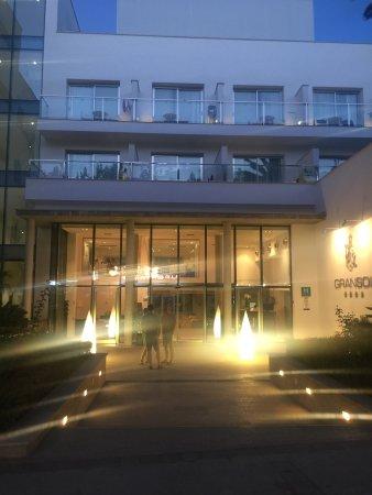 Gran Sol: Nightime atmospheric hotel front
