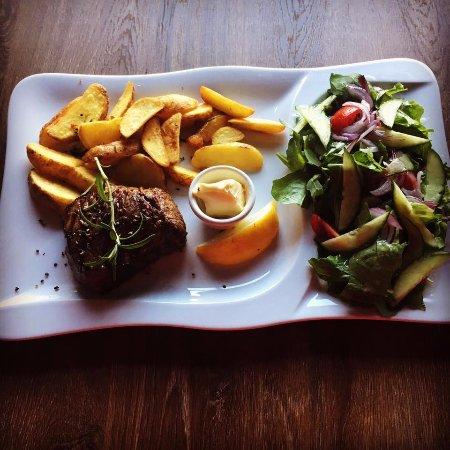 Radom, Polonya: Stek z opiekanymi ziemniaczkami  sałatą z sosem vinegret