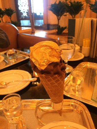 Emirates Palace Hotel: chocolate ice cream with gold foil