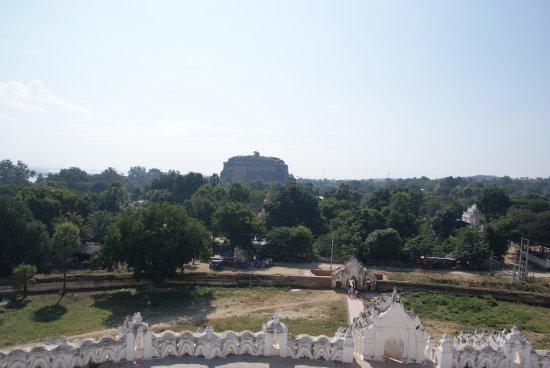 Mingun, Birmanie (Myanmar) : The view from the Pagoda (seeing the Pathodawgyi Pagoda)