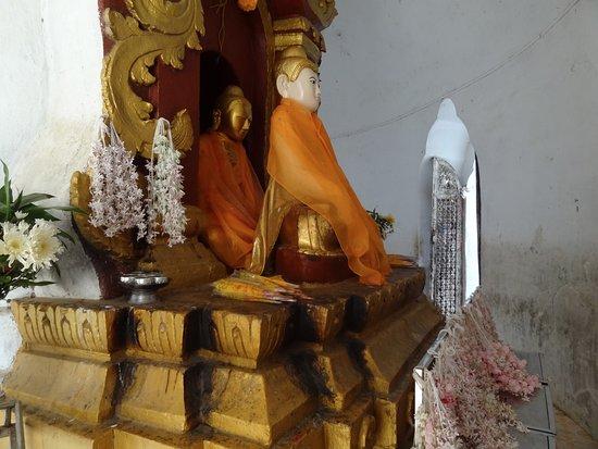 Mingun, Birmanie (Myanmar) : Buddha's inside the Pagoda