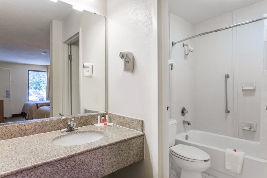 Days Inn Norfolk Airport: Standard Room bathroon