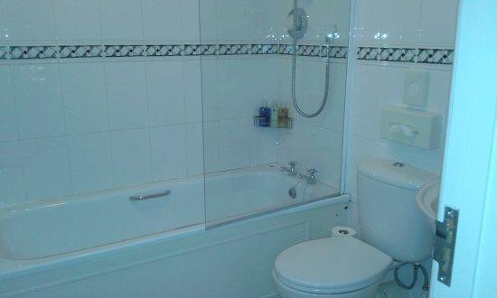 Lampeter, UK: bagno spazioso pulitissimo ...tt il kit bagno per ospiti di grande qualita ..con prodotti otti