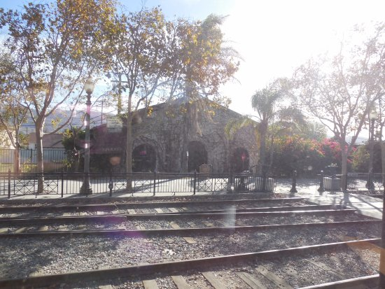 Fillmore, CA: Approaching station winery across tracks