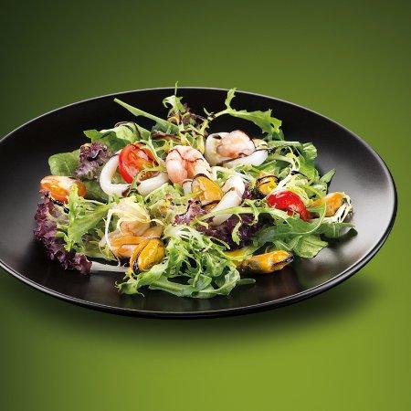 Салат из морепродуктов мидий креветок кальмаров