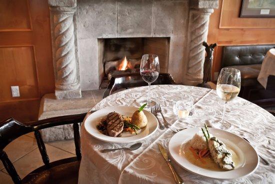 Harrison Mills, Canadá: Cozy dining, fireside.