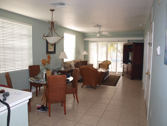 Olde Marco Island Inn and Suites: Spacious well furnished dining and sitting room