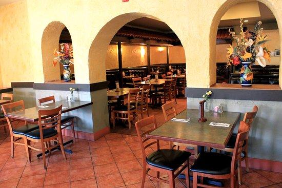 Martinez, Kaliforniya: Indoor patio dining
