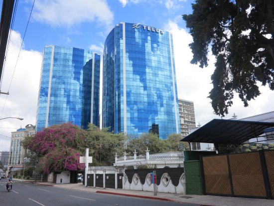 Zona Viva: Edificios altos alternan con casitas o Haciendas donde se sitúan bellos restaurantes.