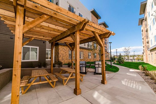 Centennial, CO: Courtyard area with gas grills
