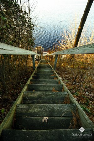 Inn on Lake Wissota: Steps down to lake on November morning
