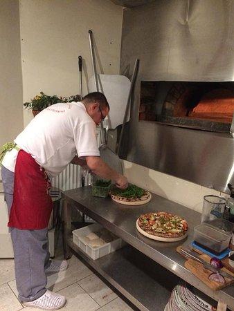 Schepdaal, Belgien: De pizzabakker aan het werk in de keuken
