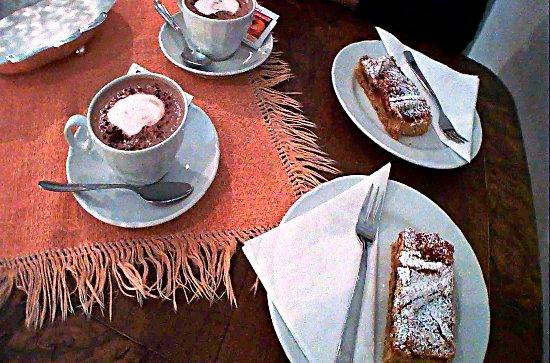 Appiano sulla Strada del Vino, Italia: torta linzer con grano saraceno e cioccolata calda