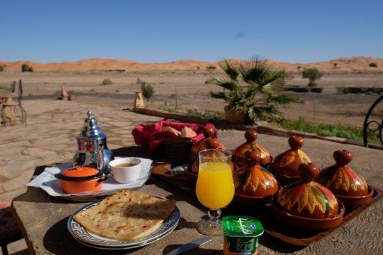 Auberge Takojt: Breakfast outside tables